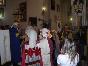 la rappresentanza del Quartiere di Porta S.Spirito che consegnerà la bandiera del Quartiere alla chiesa di Olmo.