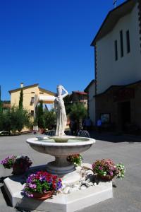 la fontana della chiesa addobbata per la festa.