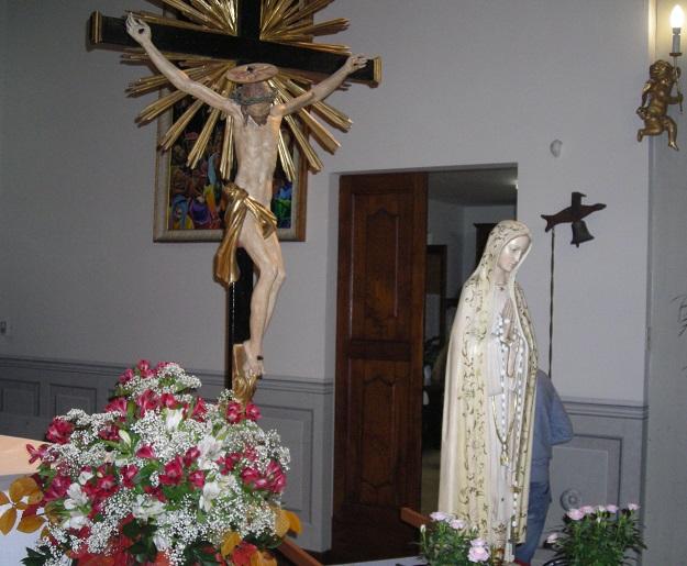 La statua della Madonna e la composizione di fiori.